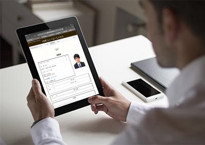 タブレットでWEBシステムから履歴書を確認する面接官